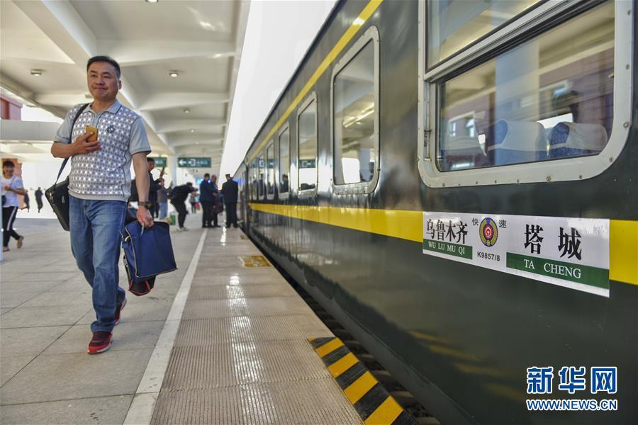 """(图文互动)(2)穿越""""魔鬼风区""""的克塔铁路通车 新疆实现所有地州首府通火车"""