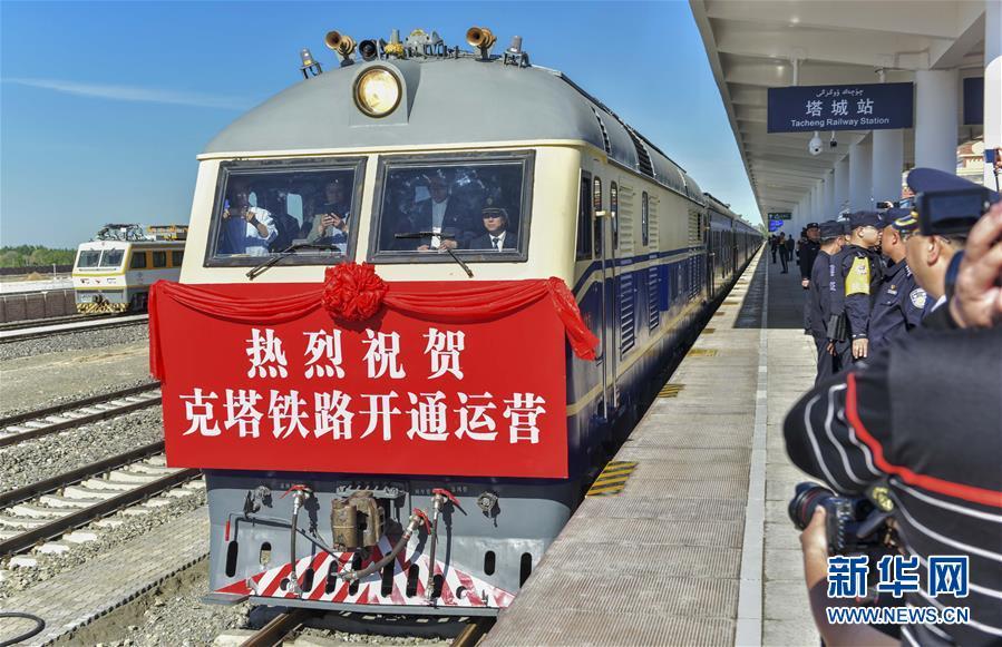 """(图文互动)(1)穿越""""魔鬼风区""""的克塔铁路通车 新疆实现所有地州首府通火车"""