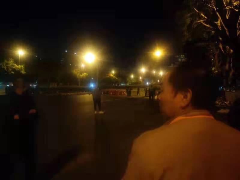 广州地陷致1对父子坠入坑洞被困 家属质疑回填过早