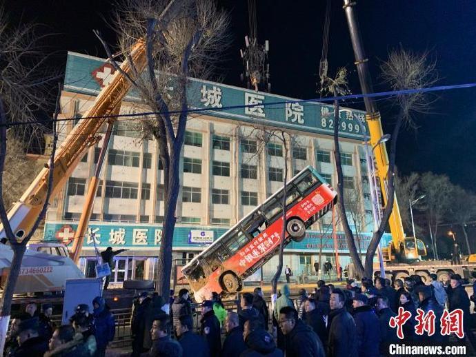 西宁路面塌陷公交车掉入 失联人数上升至10人