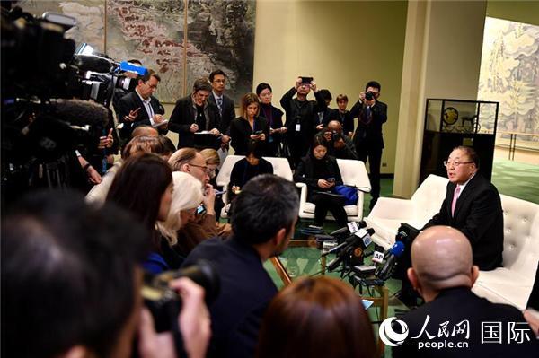 当地时间1月30日,中国常驻联合国代表张军在纽约联合国总部向中外媒体介绍中国防控新型冠状病毒感染肺炎疫情举措。  李凉 摄